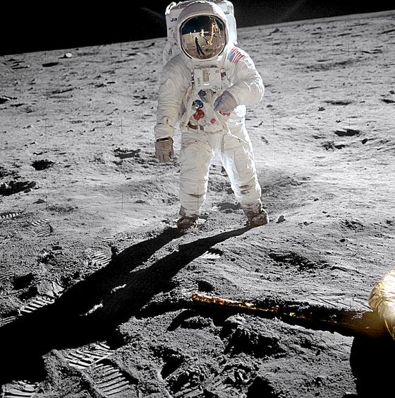 달 표면에 선 올드린 .