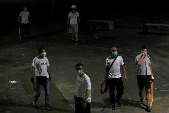 흰 옷을 입고 몽둥이를 든 남성들이 21일 밤 홍콩 위안랑역에 모습을 드러냈다. [로이터=연합뉴스]