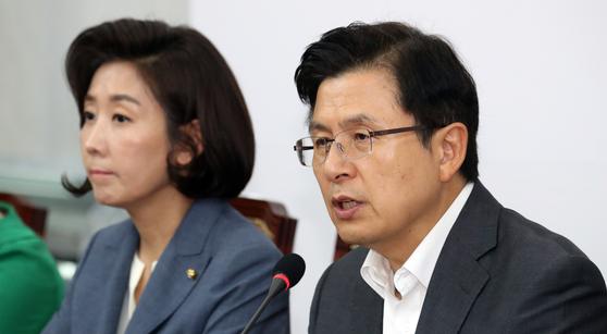 황교안 자유한국당 대표가 22일 서울 여의도 국회에서 열린 최고위원회의에서 모두발언을 하고 있다. [뉴스1]