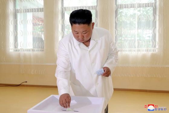 북한 김정은 국무위원장이 21일 지방인민회의 대의원에 투표하고 있다. [로이터=연합뉴스]