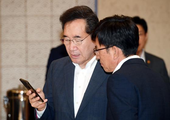 이낙연 국무총리(왼쪽)와 김상조 청와대 정책실장이 2일 오전 청와대에서 열린 국무회의 시작 전 대화하고 있다. 청와대사진기자단