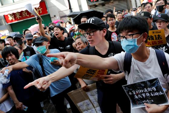 지난 13일 중국 국경과 인접한 홍콩의 성수이 지역에서 중국의 보따리상에 반대하는 시위가 벌어졌다. [로이터=연합뉴스]