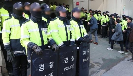 지난 2017년 국정농단 사건을 수사한 박영수 특검 당시 사무실을 지키던 의경들. 사진 속 인물들은 기사와 관련이 없음. 전민규 기자