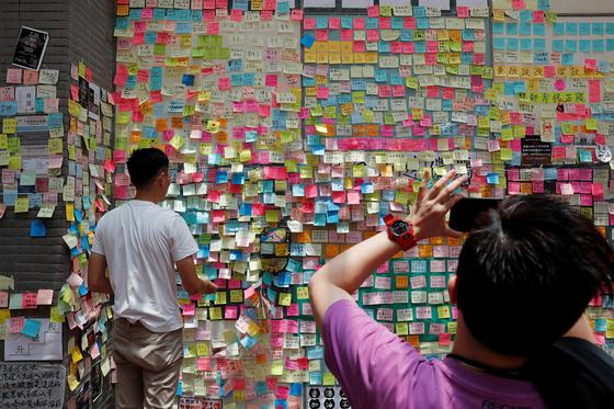 홍콩 곳곳에 '레논 벽'이 만들어져 자유와 민주를 열망하는 포스트잇이 붙여지고 있다. 레논 벽은 1980년대 체코가 공산국가였던 시절 자유를 열망하던 프라하 청년들이 반전과 평화를 노래했던 비틀즈 존 레논의 노랫말과 반정부 구호를 벽에 적으며 생겨났다. 사진은 지난 12일 홍콩 타이포 지역의 한 벽에 빼곡하게 붙은 포스트잇. [로이터=연합뉴스]