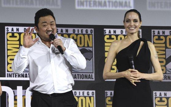 마동석이 20일 미국 샌디에고에서 열린 코믹콘 행사장에서 안젤리나 졸리와 함께 인사하고 있다.[AP=연합뉴스]