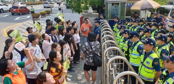 22일 오후 부산동부경찰서 앞 대학생들이 연행한 학생을 석방 하라며 경찰과 대치하고 있다. 송봉근 기자