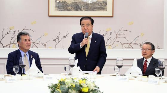 문희상 국회의장이 지난 3월 22일 마크 타카노 하원의원(왼쪽), 나카가와 마사하루 중의원 의원(오른쪽) 등 서울에서 열린 제25차 한미일 의원회의 참석자 초청 만찬에서 발언하고 있다. 문 의장의 일왕 위안부 사과 요구 발언의 여파로 일본 측은 야당 의원 두 명밖에 참석하지 않았다.[뉴스1]