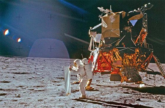 1969년 7월 20일 달에 도착한 아폴로 11호의 착륙선 이글호와 버즈 올드린. 19분 전 인류 최초로 달에 발을 디딘 닐 암스트롱 선장이 찍었다. [AP=연합뉴스]