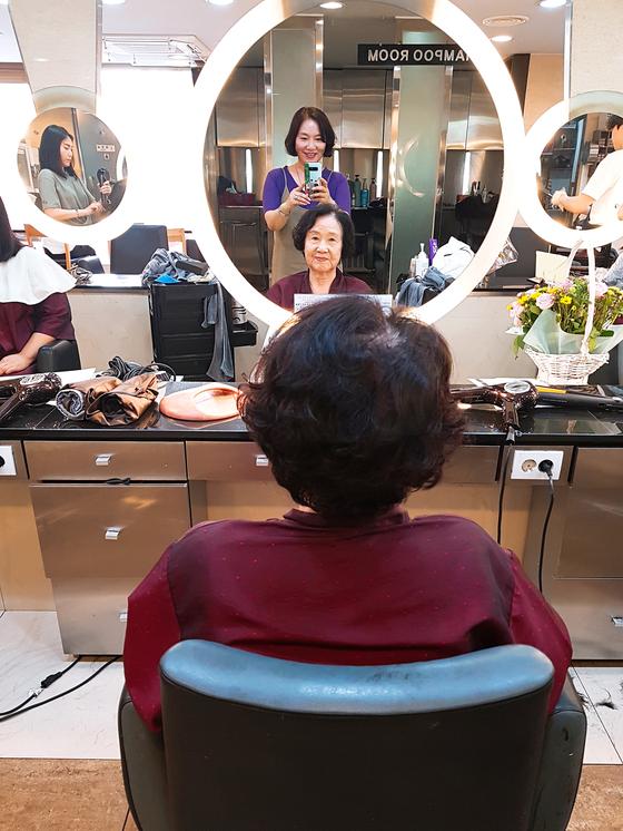 한결 젊은 스타일로 변신한 86세 엄마의 요즘 미장원 탐방기. 사소한 관심이 세대 편 가름을 완화할 수도 있다. [사진 홍미옥]