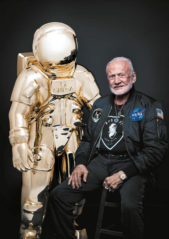 에드윈 버즈 올드린 은 아폴로 11의 달 착륙선 조종사로 1969년 달에 발자국을 남겼다(왼쪽 사진). 오메가 골든 애스트로넛 앞에 서 촬영을 하고 있는 에드윈 버즈 올드린. [사진 오메가]