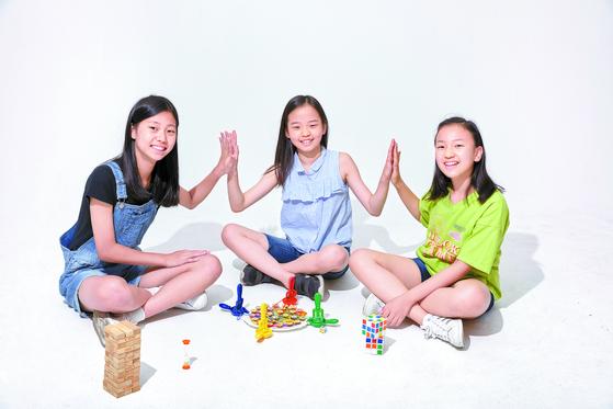 방학 동안 친구들과 보드게임 또는 큐브 맞추기를 즐겨 보자. 시원한 집 안에서 친구들과, 휴가지에서 가족들과 재미있는 시간을 보내기에 제격이다. 왼쪽부터 백서정 학생모델, 김가영 학생기자, 박수연 학생모델.