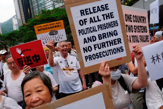 홍콩정부가 추진하던 '범죄인 인도법'에 반대하기 위해 지난 17일엔 홍콩의 노인들도 거리로 나섰다. 이들은 이전 시위에서 체포된 젊은이들의 석방을 요구했다. [로이터=연합뉴스]