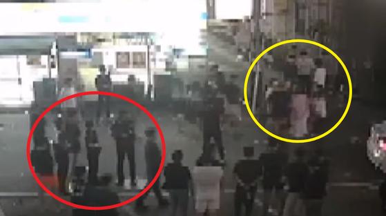 [채널A] 사건 현장 인근에 있던 CCTV 영상. 여성이 남성들에게 끌려다니며 폭행 당하는데도 경찰이 시민들과 함께 지켜만 보는 모습이 찍혔다.