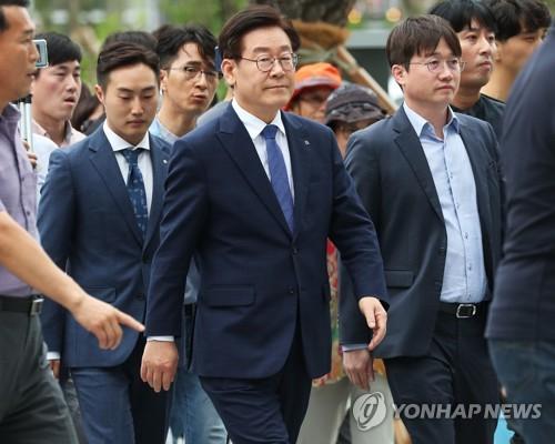 지난 10일 첫 항소심 재판에 참석하는 이재명 경기도지사.[연합뉴스]