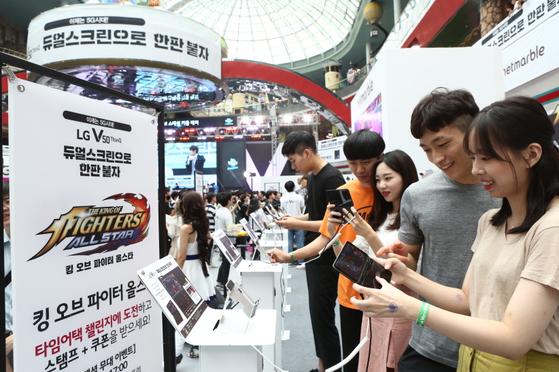 LG전자는 20~21일 서울 롯데월드에서 듀얼 스크린폰인 V50 씽큐 듀얼스크린으로 게임을 하는 'LG V50 씽큐 게임 페스티벌'을 개최했다. 이틀간 관람객이 7만여 명이 몰렸다. [사진 LG전자]