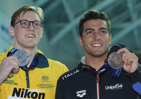 21일 광주 세계수영선수권 대회 남자 자유형 400m 시상식 후 쑨양과 기념 촬영은 거부했지만, 동메달을 딴 이탈리아의 가브리엘레 데티와는 환하게 웃으면 사진을 찍고 있는 맥 호튼(왼쪽). [AP=연합뉴스]