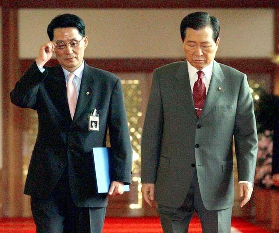 김대중 대통령과 박지원 비서실장[중앙포토]