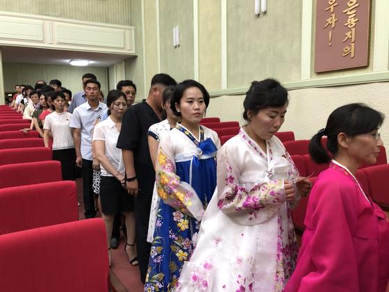 평양시민들이 21일 지방인민회의 대의원에 투표를 하기 위해 줄서 있다. [TASS=연합뉴스]