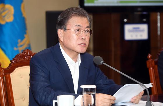 문재인 대통령이 22일 청와대 여민관에서 열린 수석보좌관회의에서 모두 발언을 하고 있다.[청와대 사진기자단]