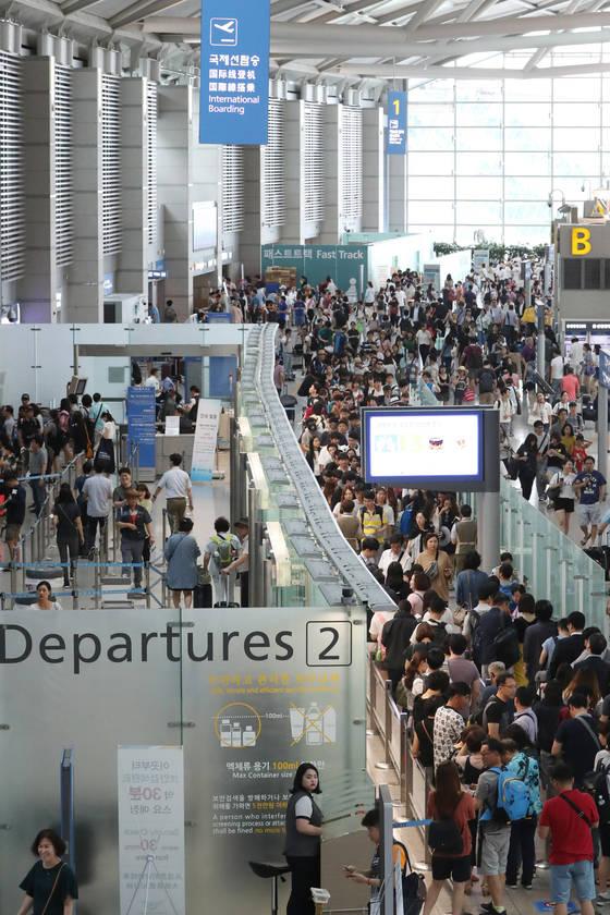 2017년 여름 휴가철 인천국제공항 출국장이 해외여행객들로 붐비고 있다. 김경록 기자