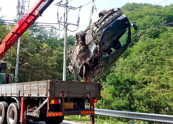 22일 강원도 삼척시에서 승합차가 가드레일을 들이받고 전복되는 사고가 발생해 13명의 사상자가 나왔다. 16명의 탑승자 중 3명의 외국인은 사고 직후 종적을 감췄다. [연합뉴스]