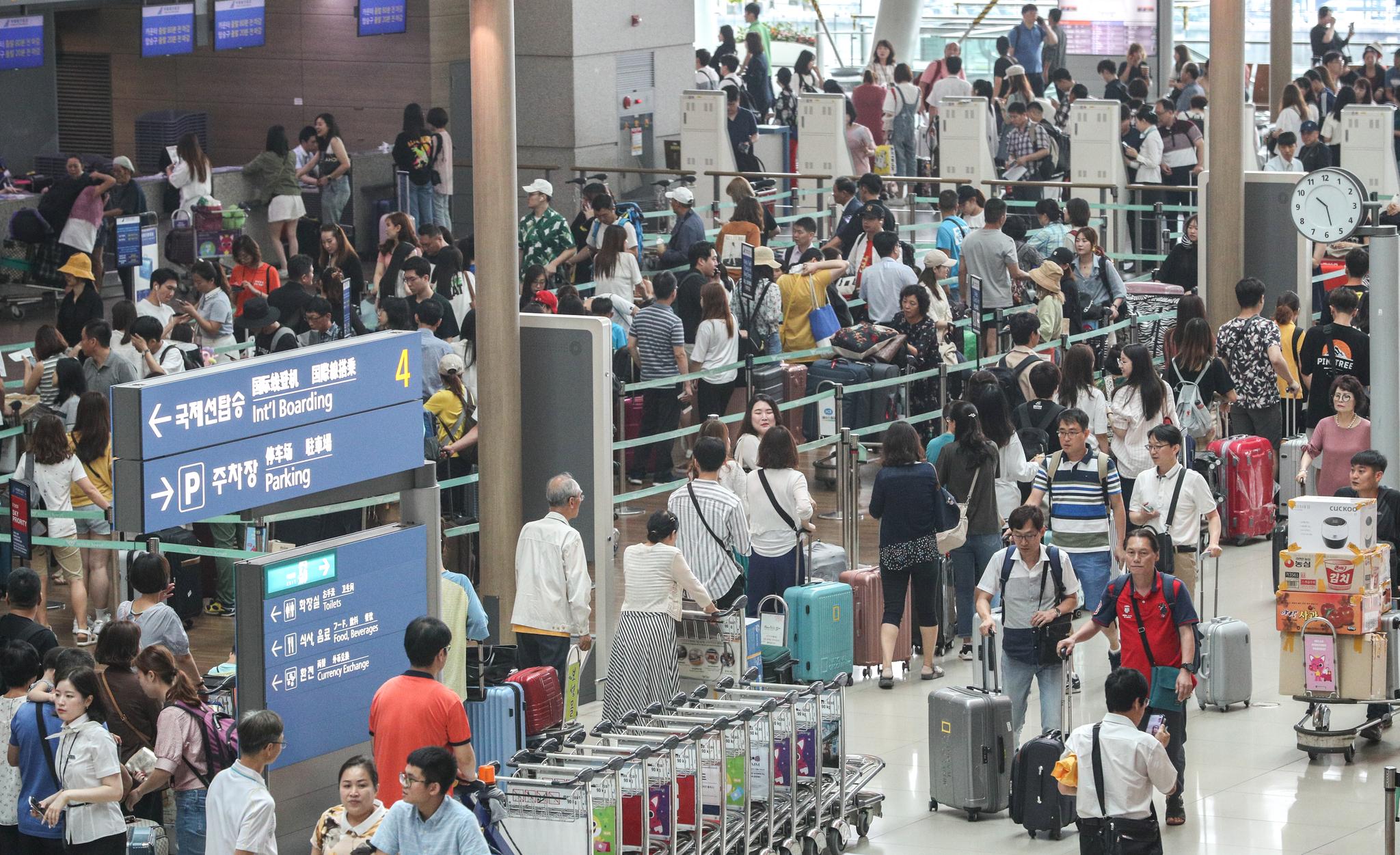 본격적인 여름 휴가철을 맞은 22일 오전 인천국제공항 제1터미널이 여행객들로 붐비고 있다. [뉴스1]