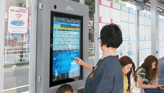 스마트 기술이 더해진 제주 버스 정류장의 도착 알림 모니터.
