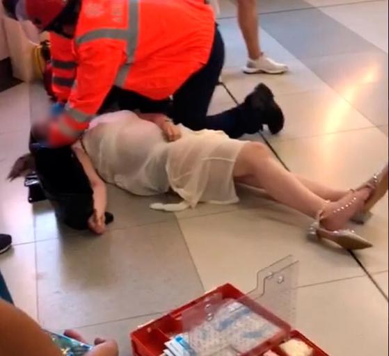 이들의 습격으로 응급처치를 받고 있는 한 임신부. [트위터 캡처]