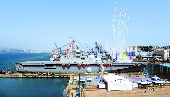 지난해 5월 진수한 대형수송함 2번함인 마라도함'(LPH-6112). 한국형 항모는 마라도함보다 크기를 더 키워 스텔스 전투기인 F-35B를 태울 예정이다.  [중앙포토]