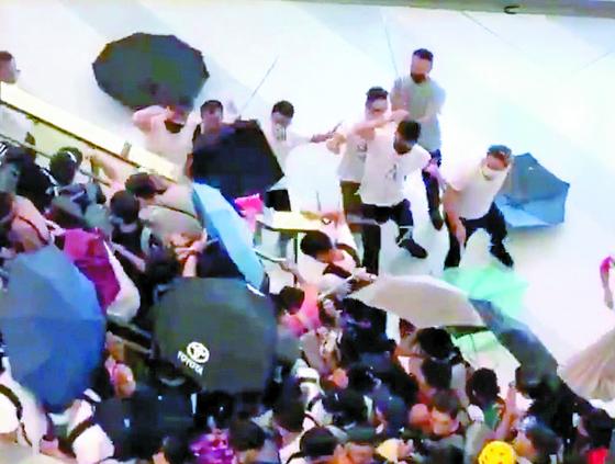 송환법 반대 집회가 열린 21일 홍콩의 위안랑역에서 정체를 알 수 없는 흰옷 차림의 남성들이 각목 등을 들고 시민들을 마구 폭행하는 사건이 발생했다. [트위터 캡처]