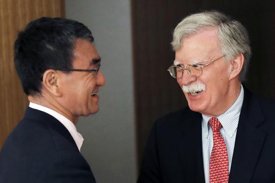 존 볼턴 미 백악관 국가안보보좌관이 22일 일본을 방문해 고노 다로 외무상과 만났다.[AP=연합뉴스]