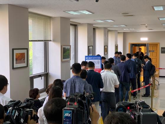 23일 열린 고유정 사건 공판준비기일 방청인들이 제주지법 201호 법정으로 들어가고 있다. 최충일 기자