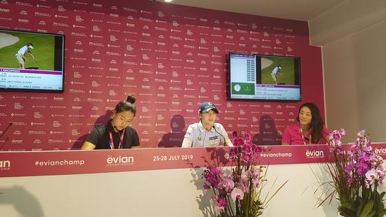 23일 LPGA 투어 에비앙 챔피언십 공식 기자회견에 참석한 박성현(가운데). 에비앙 레뱅=김지한 기자