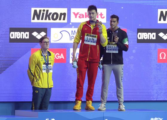 세계선수권 남자 자유형 400m 금 중국 쑨양(가운데). 호주 호튼(왼쪽)은 도핑 의혹에 대한 항의로 시상대를 거부했다. [AP=연합뉴스]