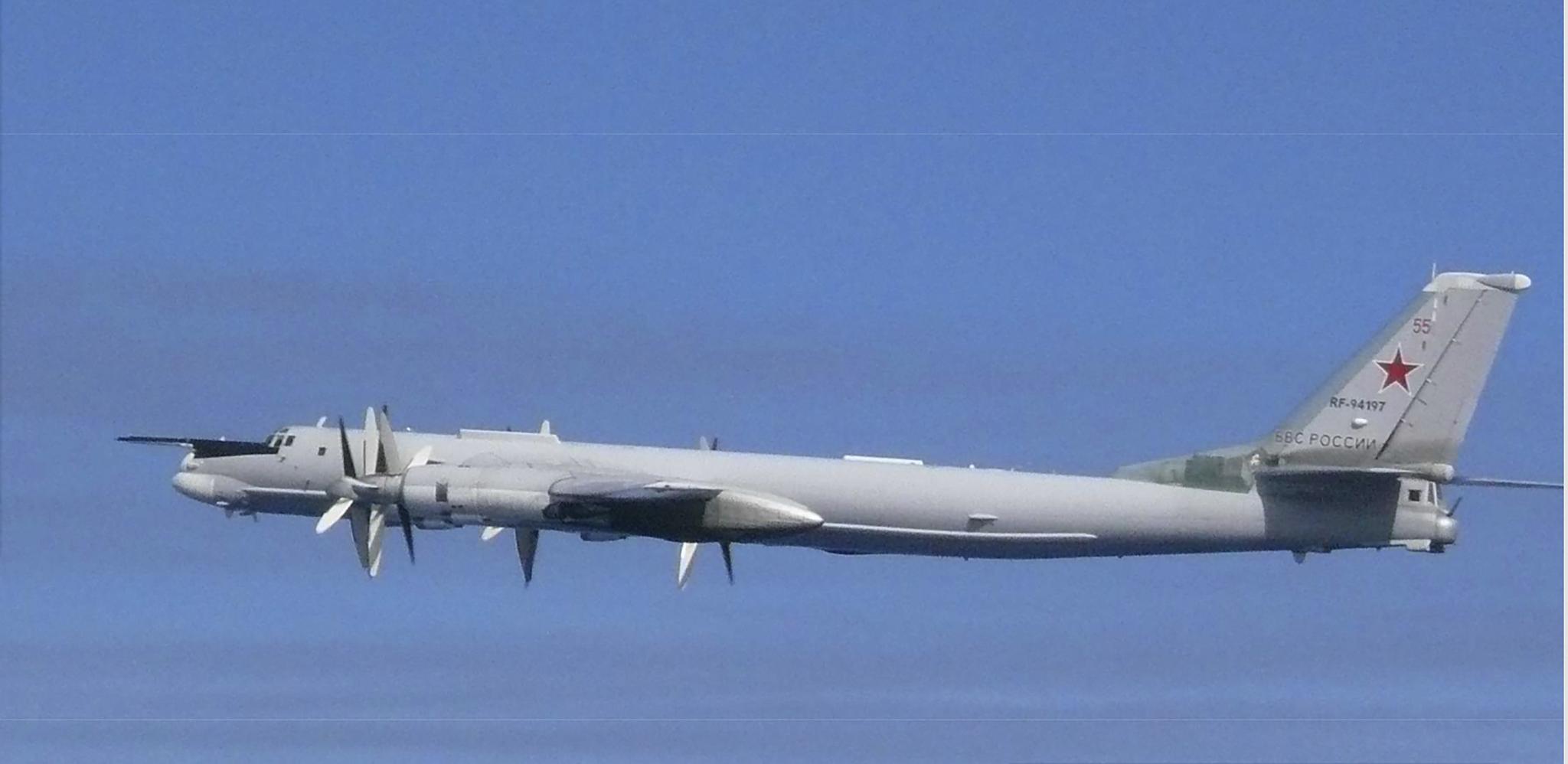 일본 방위성 통합막료감부가 23일 제공한 러시아 Tu-95 전략폭격기 사진. 이 Tu-95 폭격기는 한국의 방공식별구역을 침범했다. [AP=연합뉴스]