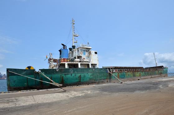 '김정은 벤츠'를 지난해 10월 부산항에서 러시아 나홋카항으로 실어나른 화물선인 DN5505호가 지난 16일 경북 포항신항 7부두에 억류돼 있다. 이 배는 북한산으로 의심되는 석탄 3200여t을 러시아에서 국내로 반입한 혐의로 5개월째 조사를 받고 있다. [뉴스1]