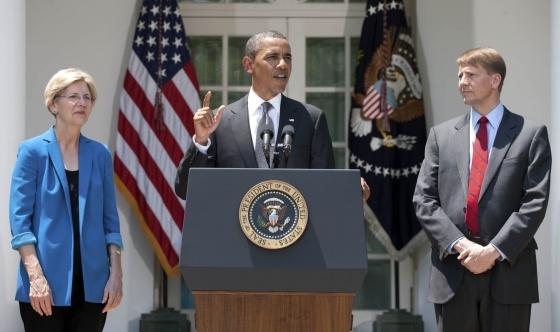 엘리자베스 워런 당시 백악관 특보가 2011년 7월 버락 오바마 대통령이 리처드 코드레이 금융소비자보호국(CFPB) 초대 국장에 지명하는 자리에 배석했다.[백악관]