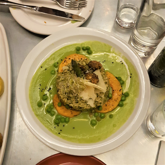 빌바오는 공업도시에서 예술도시로 탈바꿈하며 미식의 도시로 주목받고 있다. 하지만 이곳의 식당은 바르셀로나의 채식 식당에서 만난 '미식(사진)'과 차이가 있다. 바르셀로나 식당에서는 고기로 흉내 낼 수 없는 자연의 색과 향을 담았다. 사진은 완두 콩으로 만든 아름다운 색의 퓌레 위에 익힌 채소, 퀴노아 밥을 얹은 모습. [사진 심채윤]