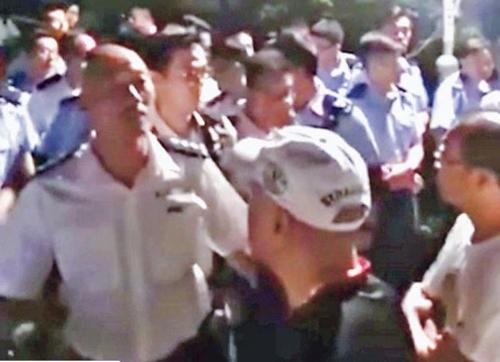 백색테러 가담 용의자들과 얘기를 나누는 홍콩 경찰 지휘관. [연합뉴스]