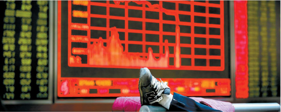 상하이 증시가 6.8% 급락한 2016년 1월 4일 베이징의 한 증권사 객장에서 충격에 빠진 투자자가 의자에 발을 올리고 있는 모습. [중앙포토]