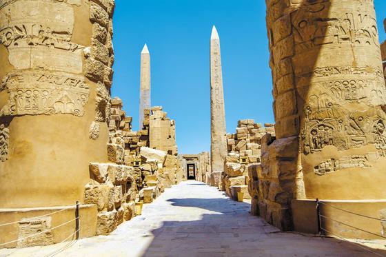 지금까지 보전된 고대 이집트 신전 중 규모가 가장 큰 카르낙 신전 전경. 람세스 1세부터 3대에 걸쳐 건설된 대열주실, 오벨리스크, 투트모세 3세 신전, 람세스 3세 신전 등이 남아 있다. 탑문만 해도 10개에 달한다. [사진 롯데관광]
