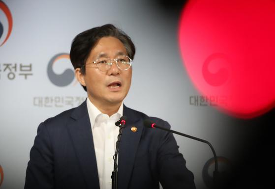 성윤모 산업통상자원부 장관이 24일 정부서울청사에서 일본 측에 전달한 한국의 의견서에 대해 브리핑을 하고 있다. [연합뉴스]