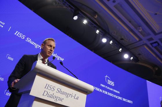 패트릭 섀너핸 전 미국 국방부 장관 대행이 지난 6월 상기포르에서 열린 샹그릴라 대화의 기조 연설에서 미국의 인도ㆍ태평양 전략에 대해 설명하고 있다. [EPA=연합뉴스]