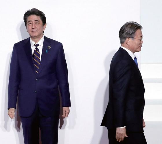 문재인 대통령(오른쪽)이 6월 28일 오전 오사카에서 열린 G20 정상회의 공식 환영식에서 의장국인 일본 아베 신조 총리와 인사한 뒤 자리로 향하고 있다.