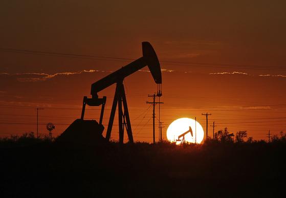 하반기엔 정제마진이 안정되고 국제해사기구(IMO)의 황산화물 규제에 따른 석유제품 수요 증가가 예상된다. 사진은 미국 텍사스의 원유 채굴설비 모습. [AP=연합뉴스]