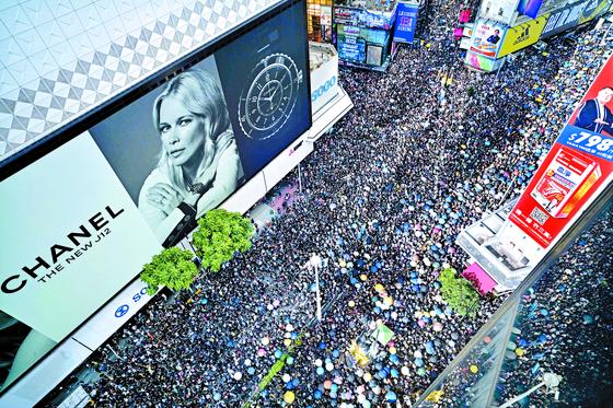 범죄인 인도법안 반대로 촉발된 홍콩 시위가 1개월 넘게 계속되면서 일국양제의 태생적 한계를 드러내고 있다. 사진은 일요일인 21일 오후 홍콩 번화가를 가득 메운 시위 장면. [홍콩 AFP=연합뉴스]