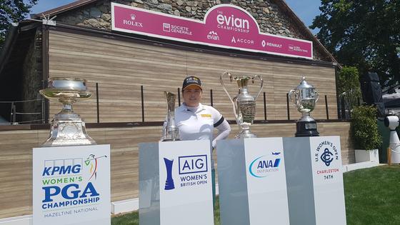 22일 LPGA 투어 에비앙 챔피언십을 앞두고 중앙일보와 만난 박인비. 그가 LPGA 무대에서 타이틀을 땄던 메이저 대회 4개 우승 트로피와 함께 했다. 에비앙 레뱅(프랑스)=김지한 기자
