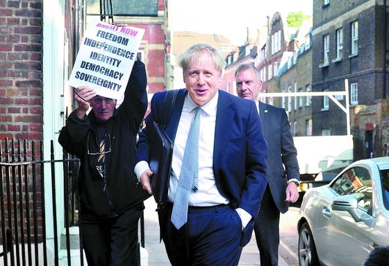 보리스 존슨 전 영국 외무장관이 23일(현지시간) 런던의 개인 사무실 밖으로 나오고 있다. 존슨은 전날 마감한 보수당 당 대표 투표에서 승리해 24일 영국 총리에 취임한다. [로이터=연합뉴스]