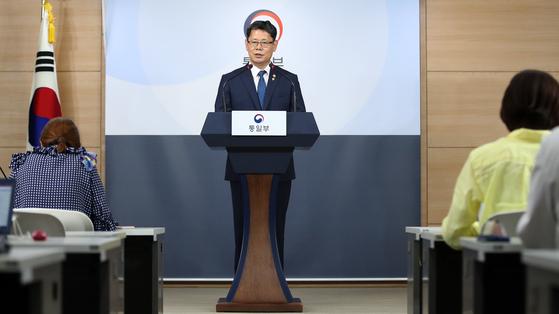 """김연철 통일부장관이 지난달 19일 쌀 대북지원 계획을 발표하고 있다. 김 장관은 '정부는 북한의 식량상황을 고려해 그간 세계식량계획(WFP)과 긴밀히 협의한 결과, 우선 국내산 쌀 5만t을 북한에 지원하기로 했다""""고 밝혔다. [사진 뉴스1]"""
