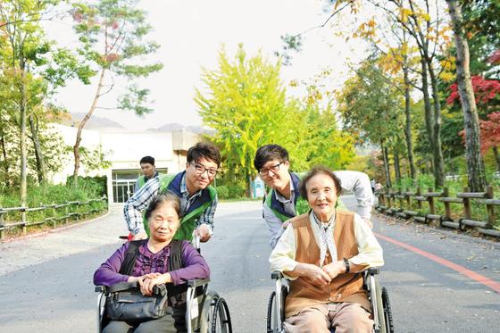 한국야쿠르트 임직원은 입사와 동시에 사내 봉사단체 '사랑의 손길펴기회'에 가입해 나눔을 실천한다. 전국 17개 위원회별로 매달 지역사회의 소외계층을 찾아가고 있다.  [사진 한국야쿠르트]